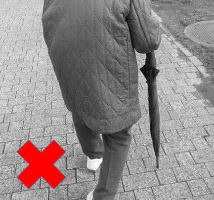 傘を杖代わり